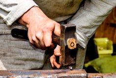 Schmiedearbeitsmetall mit Hammer lizenzfreies stockbild