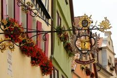 Schmiedeeisenhängeschild in Rothenburg-ob der Tauber, Deutschland Lizenzfreies Stockfoto