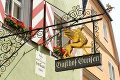 Schmiedeeisenhängeschild in Rothenburg-ob der Tauber, Deutschland Lizenzfreie Stockbilder