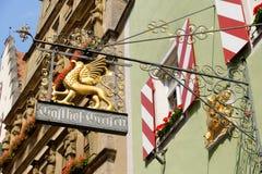 Schmiedeeisenhängeschild in Rothenburg-ob der Tauber, Deutschland Stockbilder