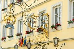 Schmiedeeisenhängeschild in Rothenburg-ob der Tauber, Deutschland Stockbild