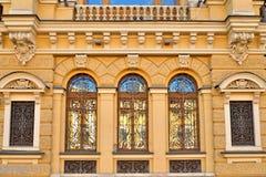 Schmiedeeisenstangen auf Windows des alten Hauses auf dem Griboye Stockfoto
