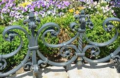 Schmiedeeisenzaun im Garten Stockfoto