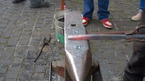 Schmiedekohlen, die für Eisenarbeit brennen stock video