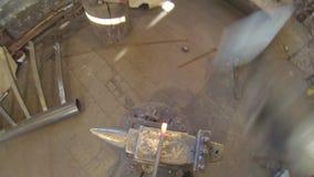 Schmiedenblei im Schmied mit Handschmiedshummer Geschossen genommen von der Kamera auf Kopf stock footage