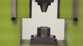 Schmiedenpresse Maschine für Presseerzeugnisse Hersteller von Schmiedeeisenziergegenständen für pneumatische Schmiedenmaschine stock video