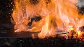 Schmiedeofen mit brennenden Kohlen stock video footage