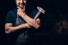 Schmiedeporträt mit Bart in der Werkstatt stockfoto