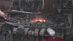 Schmiedeschmiede mit Werkzeugen mit heißem Topf stock footage