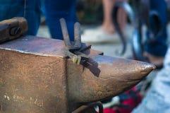 Schmiedewerkzeuge und -befestigungen f?r Hand schmiedeten Metall lizenzfreie stockfotos