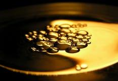 Schmieröl auf Wasser stockbilder