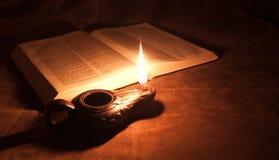 Schmieröl-Lampe und Bibel