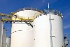 Schmieröl- und Chemikaliendepot und Vorratsbehälter Stockfotografie