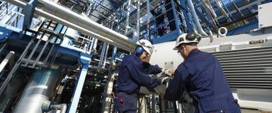 Schmierölarbeitskräfte und -rohrleitungen stockfotos