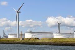 Schmieröldepot mit Windturbinen Stockfotografie