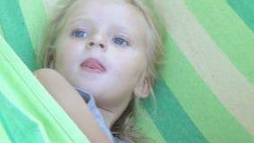 Schmieren des Mädchens in der Hängematte stock video footage