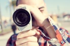 Schmierfilmbildung des jungen Mannes mit einer Superkamera 8 lizenzfreie stockfotos