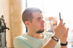 Schmierfilmbildung des jungen Mannes oder nehmen Bilder von etwas an seinem Handy lizenzfreies stockbild
