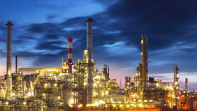 Schmieröl- und Gasraffinerie nachts Lizenzfreie Stockbilder
