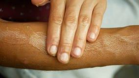 Schmiert Sahnehanf oder Hanf auf Unterarm und Händemedizinischem cannabidiol CBD, der entspannte Effekt der Körpermassage, jung stock footage