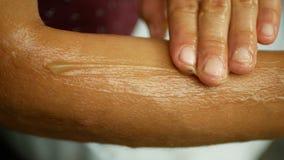 Schmiert Sahnehanf oder Hanf auf Unterarm und Handmedizinischem cannabidiol CBD, der entspannte Effekt der Körpermassage, jung stock footage