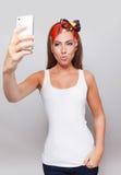 Schmollende hübsche Frau, die ein selfie nimmt Lizenzfreie Stockfotos