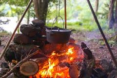 Schmortopf im Lager-Feuer Stockfoto