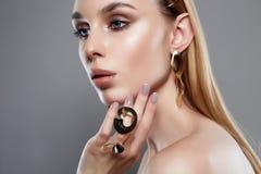 Schmuck auf schönem Mädchen Frau mit Make-up und Juwelen stockbilder