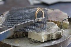 Schmuck, der die Hand in Handarbeit macht einen Metallring herstellt Lizenzfreie Stockfotografie