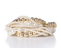 Schmuck gemacht vom Gold und von den weißen Perlen Lizenzfreie Stockbilder