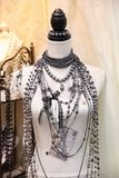 Schmuck gemacht von den Perlen auf einem Mannequin Lizenzfreies Stockbild