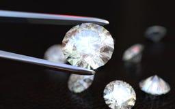 Schmuck-Pinzette und Diamanten Stockbild