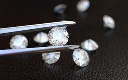 Schmuck-Pinzette und Diamanten Stockbilder