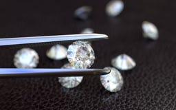 Schmuck-Pinzette und Diamanten Lizenzfreie Stockfotografie