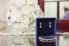 Schmuck-Satz und Hochzeits-Blumenstrauß Stockfotos