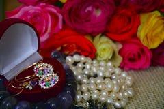Schmuck und ein Blumenstrauß zu Ehren des Ereignisses Lizenzfreie Stockfotos