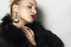 Schmuck und Schönheit. schöne blonde Frau. Lippen der Modekunst photo.red Lizenzfreie Stockbilder