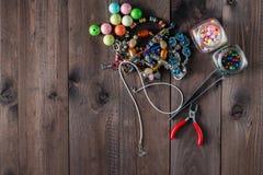 Schmuckhand, die Werkzeuge und Elemente in Handarbeit macht Lizenzfreies Stockfoto