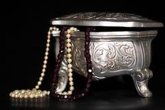 Schmuckkästchen mit Perlen Stockbild