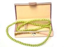 Schmuckkästchen mit Perlenhalskette lizenzfreies stockbild