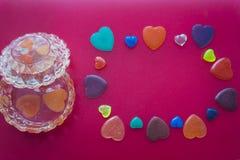 Schmuckkästchen und Herzen auf dunklem rosa Hintergrund Valentinsgruß `s Tag Stockbild