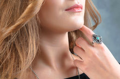 Schmuckring getragen auf dem Finger Stockfoto