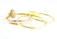 Schmuckring und goldene Armbänder Lizenzfreie Stockfotos