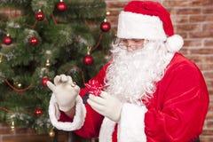Schmuckringgeschenk Santa Claus Stockfotos