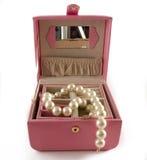 Schmucksachekasten mit weißen Perlen Stockfoto