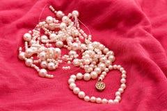 Schmucksachen bildeten ââof Perlen auf dem Rosa Lizenzfreies Stockfoto
