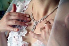 Schmucksachen der jungen Braut Lizenzfreie Stockfotos