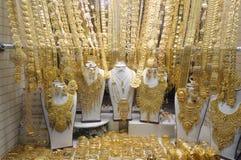 Schmucksachen am Gold Souq in Dubai Stockbilder