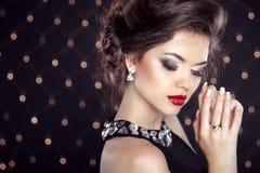 schmucksachen Schöner Brunette-junge Frau Modemädchenmodell vorbei Stockfotografie