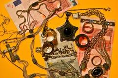 Schmucksachen und Geld Stockbilder